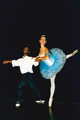 Tanzausbildung bis zur Bühnenreifemit Mira MajkowskaBallett ist die technische Grundlage für alle darstellenden Tanzform...